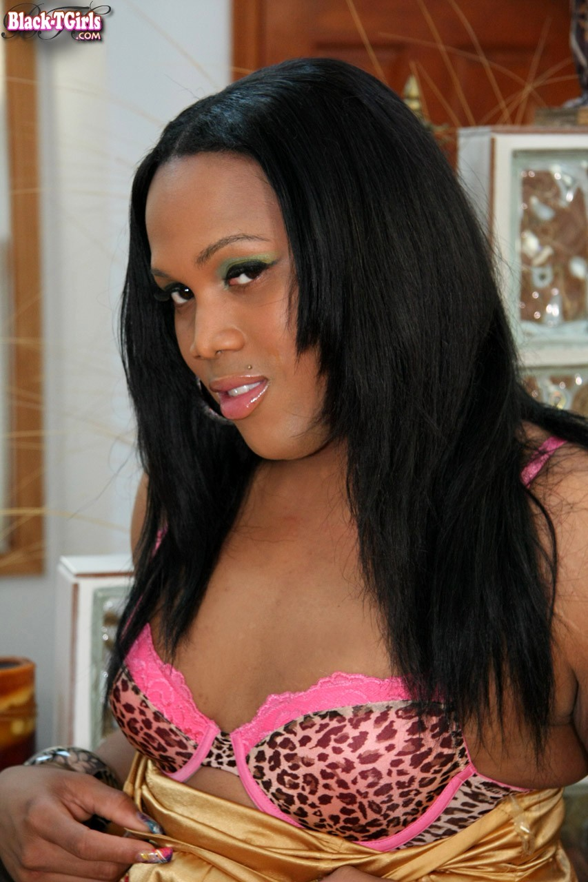 NYC Black Shemale Kim Is A Bling Bling Kind Of Tranny. She Doe